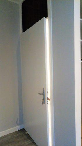 Verniciatura vecchia porta d'ingresso da color noce a color bianco